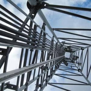 przewody energetyczne na słupie